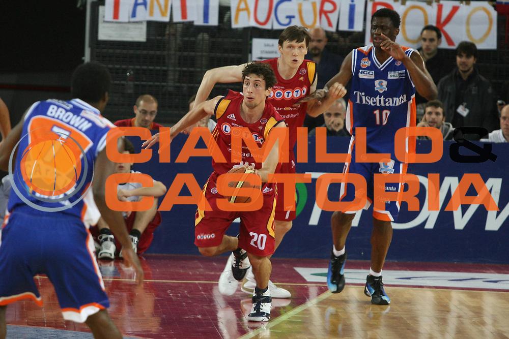 DESCRIZIONE : Roma Lega A1 2007-08 Playoff Quarti di Finale Gara 1 Lottomatica Virtus Roma Tisettanta Cantu <br /> GIOCATORE : Roko Leni Ukic <br /> SQUADRA : Lottomatica Virtus Roma <br /> EVENTO : Campionato Lega A1 2007-2008 <br /> GARA : Lottomatica Virtus Roma Tisettanta Cantu <br /> DATA : 11/05/2008 <br /> CATEGORIA : Palleggio <br /> SPORT : Pallacanestro <br /> AUTORE : Agenzia Ciamillo-Castoria/G.Ciamillo