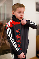 Ari Carl mátar Adidas gallann frá ömmu og afa.