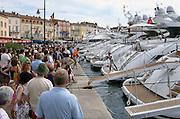 Frankrijk, St. Tropez, 27-8-2006In de haven loopt een luxe jacht binnen. Omstanders kijken nieuwsgierig toe.Foto: Flip Franssen/Hollandse Hoogte
