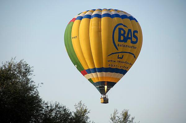 Nederland, Ubbergen, 23-9-2011Een groep mensen zit in de mand van een luchtballon van Bas ballonvaarten, en maken een vlucht.Foto: Flip Franssen/Hollandse Hoogte