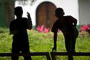 Cubatao_SP, Brasil...Silhueta de garotos no Parque das Anilinas...The boys silhouette at Anilinas Park...Foto: MARCUS DESIMONI / NITRO