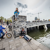 Nederland, Amsterdam, 29 april 2016.<br /> Stadsdeelvoorzitter Coby van Berkoum opent op feestelijke wijzer de Van der Pekbrug.<br /> De opening van de brug is een belangrijke moment in de verbinding van Van der Pek buurt met de nieuwe wijk Overhoeks.<br /> Ook als symolische verbinding van 2 wijken uit de 20ste en 21ste eeuw.<br /> Ook maakt deze brug nieuwe roeutes mogelijk naar Tuindorp Oostzaan, NDSM terrein, Buiksloterdijk, Buiksloterham, de Banne etc.<br /> Het ontwerp is afkomstig van het architectenbureau Kort en Tielens Architecten.<br /> <br /> Foto: Jean-Pierre Jans