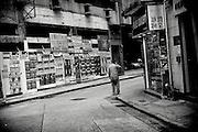 Hong Kong | HongKong | 01.12.2012 :  <br /> <br /> hier: Ein Mann telefoniert mit seinem Mobiltelefon<br />   <br /> Sascha Rheker<br /> 20121201<br /> <br /> <br /> <br /> [Inhaltsveraendernde Manipulation des Fotos nur nach ausdruecklicher Genehmigung des Fotografen. Vereinbarungen ueber Abtretung von Persoenlichkeitsrechten/Model Release der abgebildeten Person/Personen liegt/liegen nicht vor.] [No Model Release | No Property Release]