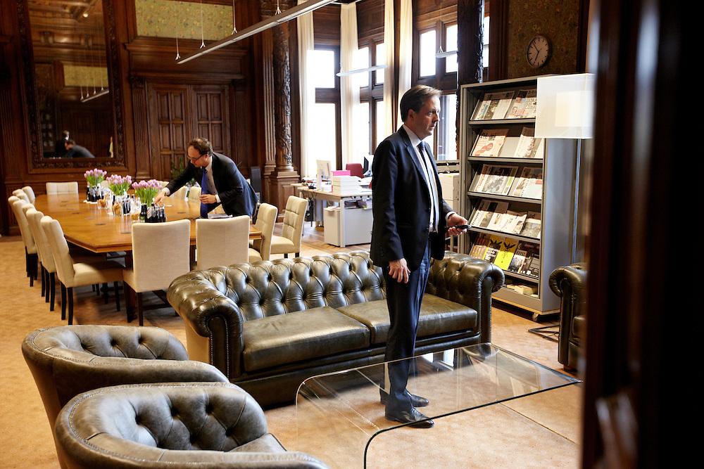 Nederland. Den Haag, 26 april 2012. <br /> D66 fractievoorzitter Alexander Pechtold in de fractiekamer met Wouter Koolmees..Rond zeven uur komen de vertegenwoordigers van de vijf partijen met minister De Jager van financien bijeen in de fractiekamer van D66 (waar ze deze dag hebben onderhandeld) om het akkoord te bezegelen.<br /> Fractievoorzitters Van Haersma, (CDA), Blok (VVD), Pechtold (D66), Slob (CU). En Sap van GroenLinks met hun resp. financieel specialisten.<br /> VVD, CDA, D66, GroenLinks en ChristenUnie zijn met het kabinet een principe-akkoord overeengekomen over de begroting van volgend jaar.<br /> Men is als Tweede Kamer uit de impasse gekomen om voor mei een begroting voor 2013 op te stellen na de val van het kabinet Rutte van VVD, CDA en met gedoogsteun van de PVV van Geert Wilders. Crisisakkoord na mislukken ook van Catshuisberaad. 3% Financieringstekort.<br /> Het kabinet en de regeringspartijen VVD en CDA hebben in twee politiek gezien krankzinnige dagen met de oppositiepartijen D66, GroenLinks en de ChristenUnie een akkoord gesloten over bezuinigingen en hervormingen in 2013. Minister Jan Kees de Jager van Financi&euml;n koppelde als verkenner de vijf partijen aan elkaar en kreeg in nog geen 30 uur voor elkaar waar VVD en CDA met gedoogpartij PVV in 7 weken overleg in het Catshuis niet in waren geslaagd. Politiek, kabinet Rutte, kabinetscrisis, Catshuisonderhandelingen, Tweede Kamer, <br /> Foto : Martijn Beekman