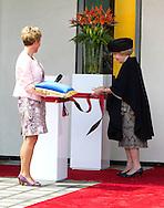 09-05-2014 - PUTTEN - Prinses Beatrix opende vrijdagmiddag woonzorgcentrum De Schauw in Putten. In dit nieuwe woonzorgcentrum, worden veertig mensen verzorgd. Daarnaast biedt het onderdak aan drie groepen voor beschermd wonen. COPYRIGHT ROBIN UTRECHT
