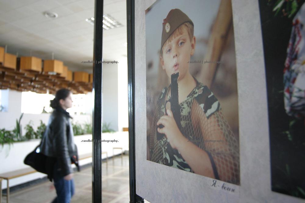 Eine patriotische Fotoausstellung in einem Kulturhaus in Tiraspol/Transnistrien. / A patriotic photoexhibition in the house of culture in Tiraspol/Transnistria.