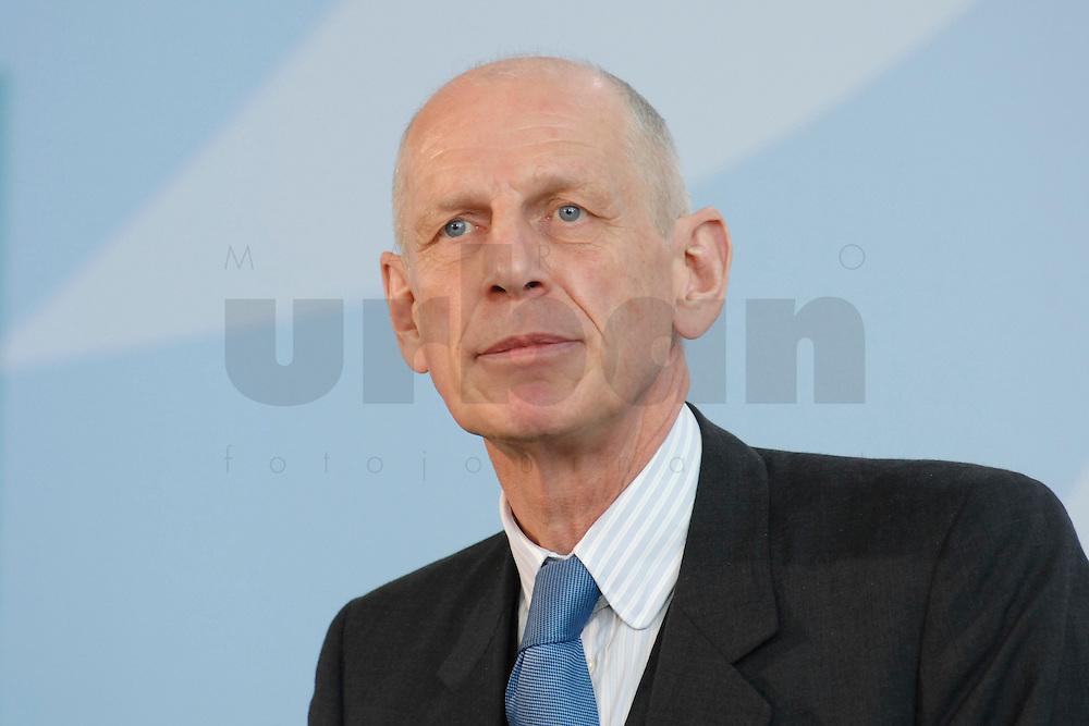"""16 OCT 2006, BERLIN/GERMANY:<br /> Ludwig Georg Braun, Praesident Deutscher Industrie- und Handelskammertag, DIHK, waehrend einer Pressekonferenz nach dem Spitzengespraech """"Familie und Wirtschaft"""" der Bundeskanzlerin mit der Impulsgruppe der """"Allianz für die Familie"""", Bundeskanzleramt<br /> IMAGE: 20061016-01-027<br /> KEYWORDS: Spitzengespräch"""