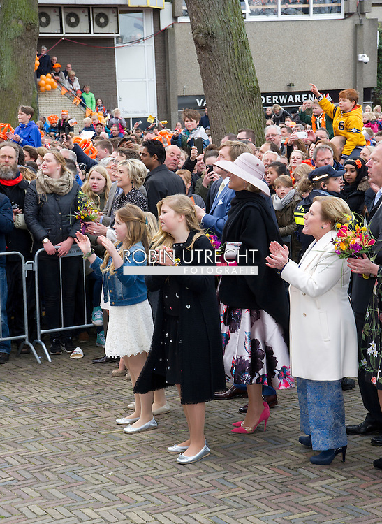 27-4-2016 Nederland, Zwolle, 27-04-2016 Koningsdag 2016 Zwolle Koning Willem-Alexander begeeft zich onder de mensen bij de afsluiting van Koningsdag 2016 in Zwolle. Matthijs Aarten en zijn dochter Emma zijn de gelukkigen ZWOLLE - De prinsessen Amalia, Alexia en Ariane hebben woensdag in Zwolle voor het eerst deelgenomen aan het hele programma van Koningsdag. Alexia, die in februari in Lech haar bovenbeen brak, trok af en toe wat met haar been, maar legde ook tot eigen tevredenheid de hele route af. Er was nog een primeur. De prinsesjes gaven ook hun eerste televisie-interviews.  Kingday in Zwolle , King Willem-Alexander, Queen Maxima, Princess Amalia, Princess Alexia and Princess Ariane is April 27, 2016 attended the celebration of King's Day in the town of Zwolle, in the province of Overijssel. Prince Constantijn and Princess Laurentien, Prince Maurits and Princess Maril&egrave;ne, Prince Bernhard and Princess Annette, Prince Pieter-Christiaan and Princess Anita and Prince Floris and Princess Aim&eacute;e are also provided at Kingday in Zwolle. COPYRIGHT ROBIN UTRECHT<br /> 27-4-2016 ZWOLLE - Koningsdag in Zwolle Koning Willem-Alexander, Koningin Maxima, Prinses Amalia , Prinses Ariane en prinses Alexia zijn 27 april 2016 aanwezig bij de viering van Koningsdag in de gemeente Zwolle, in de provincie Overijssel. Prins Constantijn en Prinses Laurentien, Prins Maurits en Prinses Maril&egrave;ne, Prins Bernhard en Prinses Annette, Prins Pieter-Christiaan en Prinses Anita &eacute;n Prins Floris en Prinses Aim&eacute;e zijn ook aanwezig bij Koningsdag in Zwolle. COPYRIGHT ROBIN UTRECHT