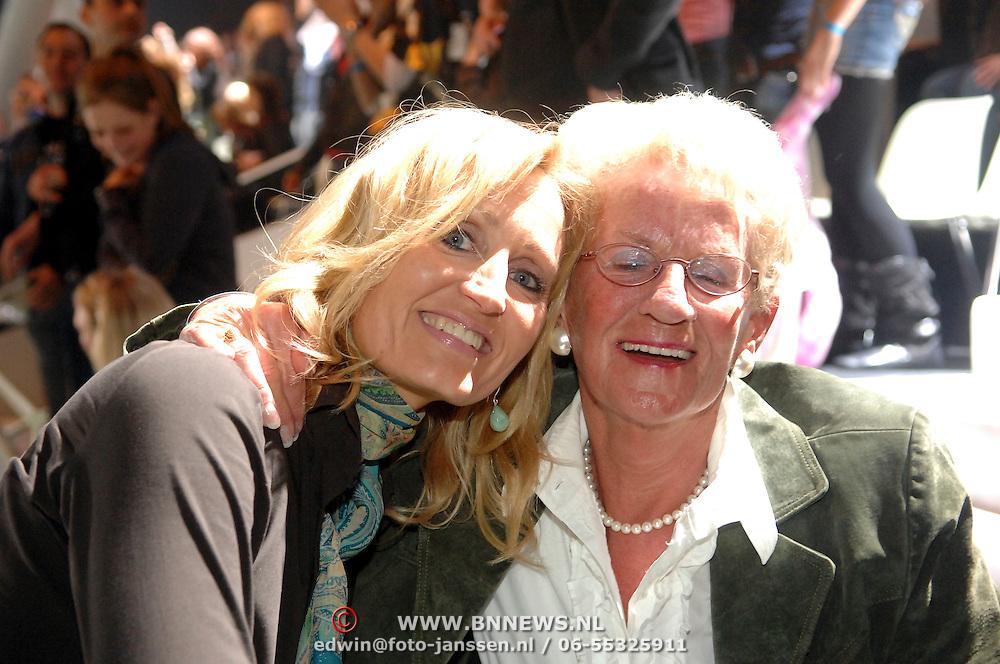 NLD/Hilversum/20070309 - 9e Live uitzending SBS Sterrendansen op het IJs 2007, Natasja Froger - Kunst en de moeder van Gerard Joling