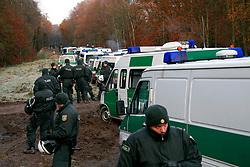 Atomkraftgegner besetzen immer wieder die Gleise der Castortransportstrecke im Waldstück Göhrde. <br /> <br /> Ort: Leitstade<br /> Copyright: Sebastian Conradt<br /> Quelle: PubliXviewinG