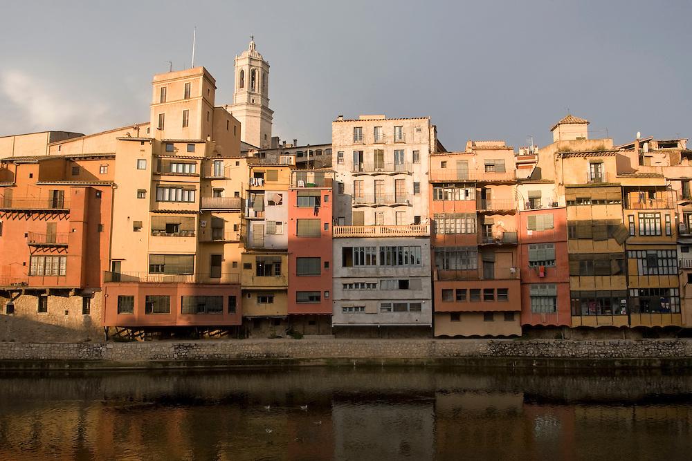 Cases de l'Onyar. <br /> The brightly colored stone houses by Onyar river compose one of the most unique and spectacular sights in Girona. <br /> <br /> Girona/Gerona. Las tradicionales casas de colores tierra en la orilla del r&iacute;o O&ntilde;ar.