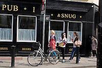 Friends eating icecream on Dublin street, Ireland
