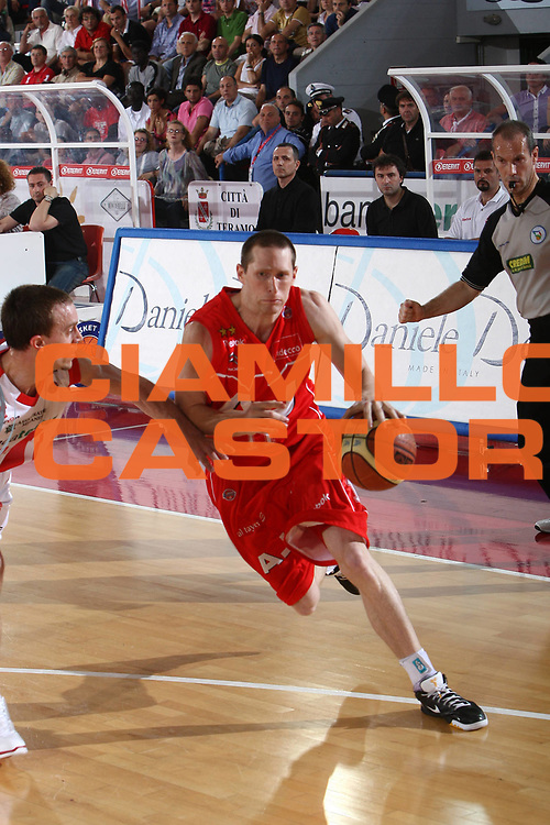 DESCRIZIONE : Teramo Lega A 2008-09 Playoff Quarti di finale Gara 3 Bancatercas Teramo Armani Jeans Milano<br /> GIOCATORE : Jobey Thomas<br /> SQUADRA : Armani Jeans Milano<br /> EVENTO : Campionato Lega A 2008-2009 <br /> GARA : Bancatercas Teramo Armani Jeans Milano<br /> DATA : 22/05/2009<br /> CATEGORIA : penetrazione<br /> SPORT : Pallacanestro <br /> AUTORE : Agenzia Ciamillo-Castoria/C.De Massis