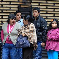 Toluca, México.- Debido al frente frio numero 19,  se registra una baja en la temperatura y  los habitantes de Toluca han sacado los abrigos, chamarras  y bufandas, para combatir las inclemencias del tiempo. Agencia MVT / Crisanta Espinosa