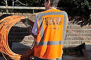 Nederland, Nijmegen, 31-10- 2011 Glasvezelnetwerk. Gemeente Nijmegen. Woningen worden aangesloten op het glasvezelnet door arbeiders uit Turkije,Polen en Hongarije. Modern netwerk waarop aanbieders van internet, digitale tv en telefonie hun diensten kwijt kunnen.Foto: Flip Franssen/Hollandse Hoogte