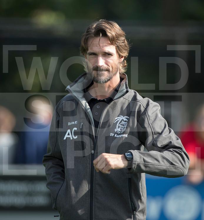 UTRECHT - HOCKEY - coach Alexander Cox (Kampong) voor de hoofdklasse hockeywedstrijd heren Kampong-Amsterdam (1-2) . COPYRIGHT KOEN SUYK