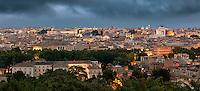 Wundervolle Aussicht vom Piazzale Giuseppe Garibaldi über Rom. Von links das Pantheon bis zum Denkmal für Vittorio Emanuele II (Vittoriano).