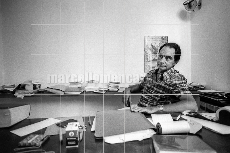 Roccamare, hamlet of Castiglione della Pescaia (Grosseto), 1979. Italian writer Italo Calvino in his home / Roccamare, frazione di Castiglione della Pescaia (Grosseto). Lo scrittore Italo Calvino nella sua casa - © Marcello Mencarini