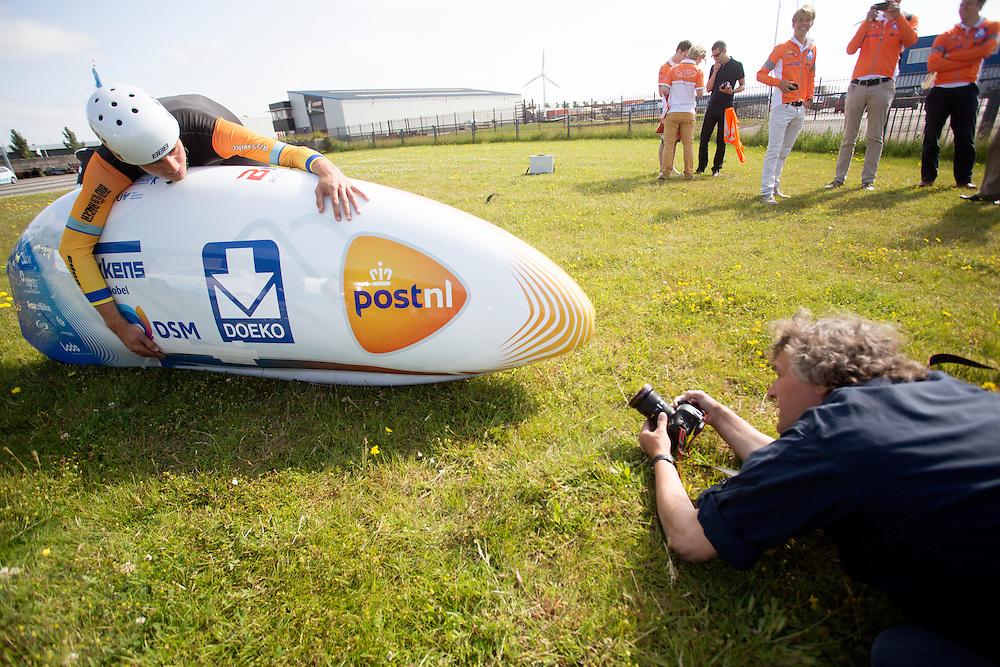 In Harlingen poseert Sebastiaan Bowier voor een fotograaf van het ANP. Het Human Power Team Delft en Amsterdam presenteert de nieuwe fiets, de VeloX3, in Friesland. Fietser Sebastiaan Bowier rijdt met de VeloX3 over de A31 tussen Franeker en Donrijp. Het team hoopte op een snelheid van boven de 80 km/h, maar door de harde zijwind komt Bowier niet verder dan 78,8 km/h.<br /> <br /> The Human Power Team Delft and Amsterdam presents their new record bike, the VeloX3, in Friesland. Met de speciale ligfiets wil het team dat bestaat uit studenten van de TU Delft en de VU Amsterdam het wereldrecord fietsen verbreken. Dat staat nu op 133 km/h.<br /> <br /> Sebastiaan Bowier poses for a photojournalist. Cyclist Sebastiaan Bowier cycles with the VeloX3 on the A31 highway between Franeker and Donrijp. They hoped to get above the 80 km/h, but due to the severe side winds Bowier reaches 78,8 km/h maximum.  With the special recumbent bike the team, consisting of students of the TU Delft and the VU Amsterdam, wants to set a new world record cycling. The current speed record is 133 km/h.