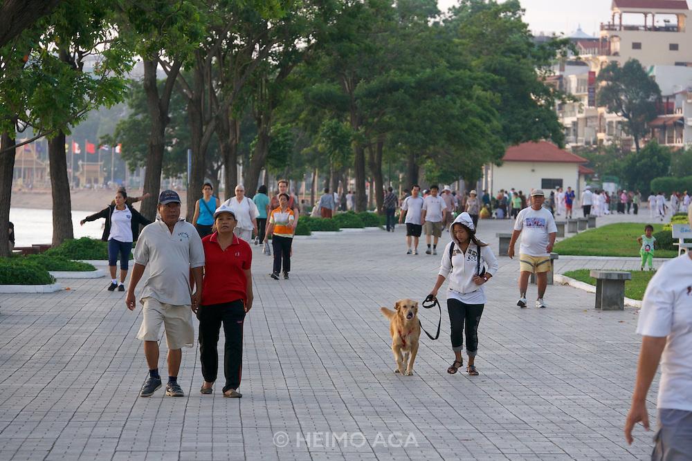 Phnom Penh, Cambodia. Morning sports along Preah Sisowath Quay.