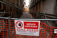 L'Aquila  20 Novembre 2010.Sos L'Aquila chiama Italia.La città  del L'Aquila  dopo 18 mesi dal terremoto. La zona rossa.Un edificio messo in sicurezza nel centro storico.Sos L'Aquila called  Italy.The city of L'Aquila 18 months after the earthquake. The red zone.A building made safe in the historic center