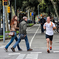 Peatones y un corredor en la calle Diagonal de Barcelona, España. Pedestrians and a runner on the street Diagonal Barcelona, Spain