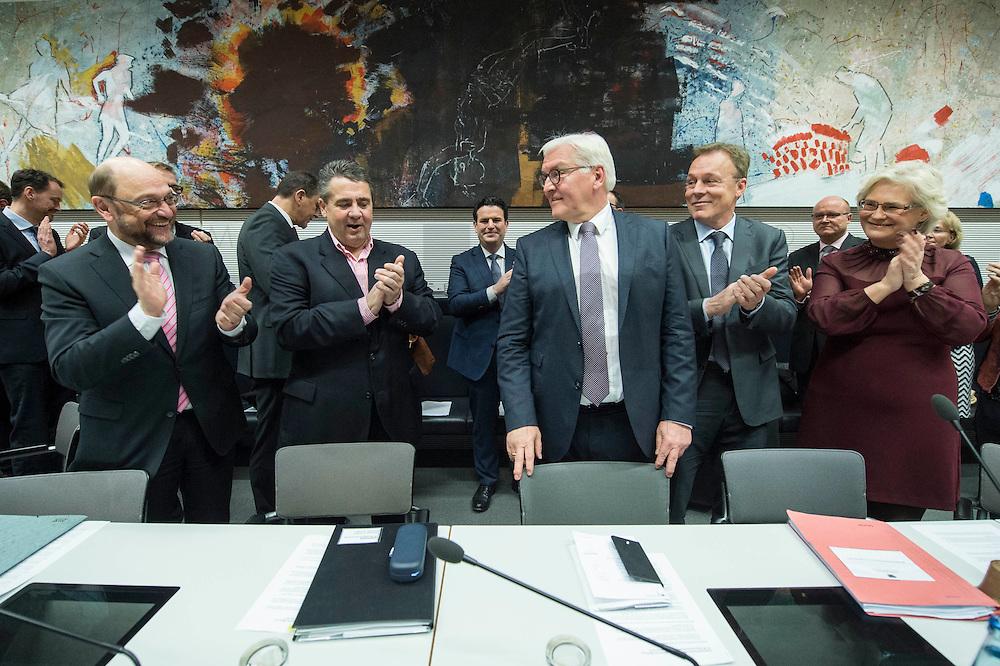 11 FEB 2017, BERLIN/GERMANY:<br /> Martin Schulz, SPD, Kanzlerkandidat, Sigmar Gabriel, SPD, Bundesaussenminister, Frank-Walter Steinmeier, SPD, Kandidat fuer das Amt des Bundespraesidenten, Thomas Oppermann, SPD Fraktionsvorsitzender, Christine Lamprecht, SPD, 1. Parl. Geschäftsfüherin, (v.L.n.R.), vor Beginn der SPD Fraktionssitzung am Vortag der Bundesversammlung, Reichstagsgebaeude, Deutscher Bundestag<br /> IMAGE: 20170211-02-018<br /> KEYWORDS: Applaus, applaudieren, klatschen