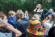 Nederland, Hoenderloo, 9-8-2006..Dit is een test voor thumplus..Kinderkamp, kindersurvival onder leiding van een boswachter. De kinderen moeten stil zijn en goed luisteren naar geluiden van dieren.....Foto: Flip Franssen/Hollandse Hoogte