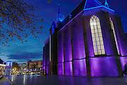 Nederland, Nijmegen, 19-11-2016Avondopname van de Marienburg in het centrum van de stad . De marienburgkapel wordt aangelicht door verschiollende kleuren licht en wordt omgeven door nieuwe bebouwing die het stadscentrum aantrekkelijker heeft gemaakt. Winkelstraat de Marikenstraat en filmhuis, arthouse LUX. De kapel werd gebouwd als dubbelkerk. Het westelijk deel heeft twee verdiepingen, de benedenverdieping voor leken en de bovenverdieping voor de nonnen. Het gebouw is in gotische stijl opgetrokken met steunberen, spitsboogvensters en een hoog opgaand leiendak met binnenin kruisribgewelven. Het huis van de geschiedenis van de gemeente is erin gevestigd.Foto: Flip Franssen