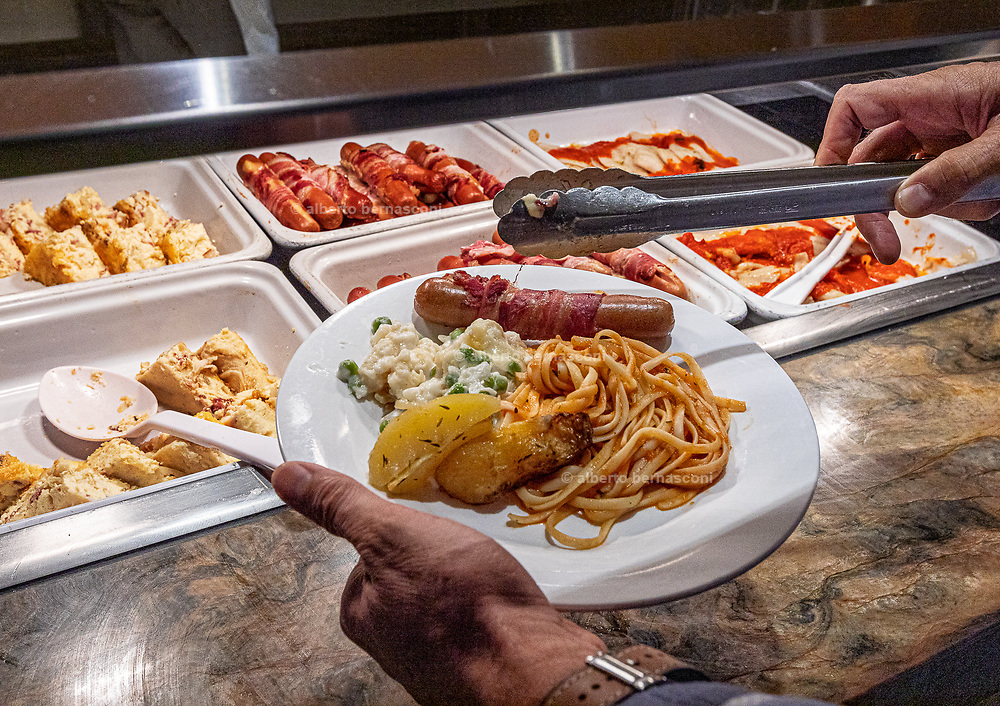 COSTA CROCIERE: cena buffet, besides the a la carte dinner in the main restaurant, there is a rich buffet