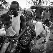 Cette r&eacute;flexion, Fatim&eacute;, 60 ans, se l&rsquo;est faite &eacute;galement. Elle aussi est banguissoise. A la diff&eacute;rence de Philom&egrave;ne, elle avait accept&eacute; de rejoindre ses compatriotes de la capitale accueillis ensemble au camp de Dosseye, au sud du Tchad. D&eacute;sormais, impossible pour elle de vivre plus longtemps dans de telles conditions. Aujourd'hui, les Banguissois vivent entre nostalgie du pass&eacute; et peur de l'avenir. Les souvenirs de leur vie disparue, celle, bouillonnante, de la capitale, leurs collent &agrave; l'&acirc;me comme une tumeur maligne. Ils les trainent nuit et jour dans la poussi&egrave;re et le tumulte de Dosseye, au beau milieu de la brousse. Autour d'eux, d'autres communaut&eacute;s rescap&eacute;es semblent mieux s'adapter &agrave; leur nouvel environnement. Mais c&rsquo;est la nourriture inadapt&eacute;e et insuffisante qu&rsquo;on leur distribue chaque mois qui reste le principal motif de d&eacute;part :&nbsp;&laquo;&nbsp;je pr&eacute;f&egrave;re mourir assassin&eacute;e chez moi, &agrave; Bangui, plut&ocirc;t que mourir de faim au milieu de ce camp&nbsp;&raquo;. Sa d&eacute;cision est prise, elle rentre dans la capitale centrafricaine. Et ce retour, elle le fera avec son petit-fils de 6 ans, Ismail.<br /> Le 21 f&eacute;vrier 2015, Fatim&eacute; et Ismail s&rsquo;embarquent donc sur une moto pour rejoindre la grand route d&rsquo;o&ugrave; ils attraperont un transport collectif.