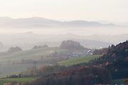 Blick auf Berge im Abendnebel von Waldkirchen aus, Bayerischer Wald, Bayern, Deutschland   View of mountains in the evening mist from Waldkirchen, Bavarian Forest, Bavaria, Germany