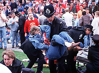 Fotball<br /> Liverpool<br /> Foto: Colorsport/Digitalsport<br /> NORWAY ONLY<br /> <br /> POLICE AT THE FENCES AT THE HILLSBOROUGH FOOTBALL DISASTER. FA CUP SEMI-FINAL, 15/4/1989.