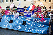 2013/04/23 Roma, manifestazione contro la ratifica dei matrimoni omosessuali in Francia, nei pressi dell'ambasciata francese. Nella foto alcuni studenti francesi..Rome, demonstration against the ratification of homosexual marriages in France, near the French embassy. In the picture some french students hold notes - © PIERPAOLO SCAVUZZO
