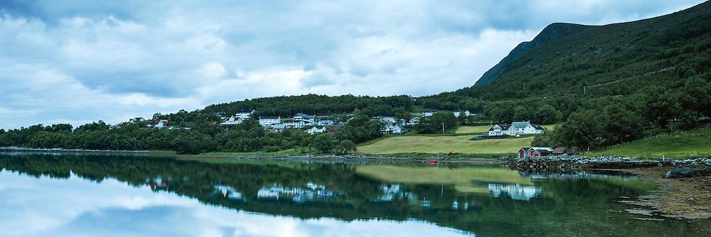 Early morning mood nearby Ulsteinvik, Norway |  Tidlig morgenstemning på Garsholhaugen ved Ulsteinvik, Norge