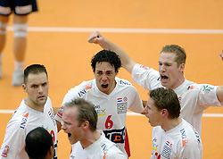 04-01-2006 VOLLEYBAL: CHAMPIONS LEAGUE ROESELARE - NESSELANDE: ROESELARE<br /> De ploeg van coach Peter Blangé bracht de cruciale uitwedstrijd tegen Knack Roeselare, al geplaatst, tot een goed einde: 3-2 / Jairo Hooi, Kristian van der Wel en Allan van de Loo<br /> ©2006-WWW.FOTOHOOGENDOORN.NL