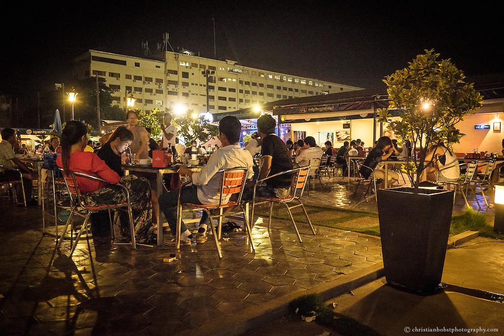 Ein ein beliebtes Restaurant bei den Einwohnern Phnom Penhs ist das Jets Plus Café, in welchem man günstige und gute kamboschanische Gerichte zu Live-Musik geniessen kann.