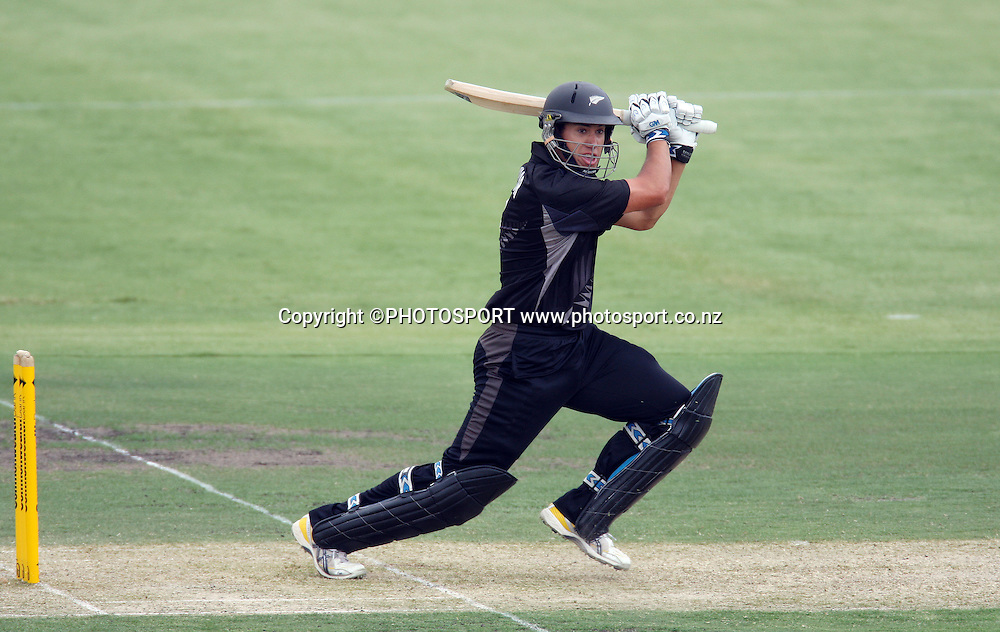 New Zealand batsman Ross Taylor.<br />Chappell Hadlee Trophy, Match 1 of 07/08 season. Adelaide Oval, Adelaide, Australia. Friday 14 December 2007. Photo: Andrew Cornaga/PHOTOSPORT