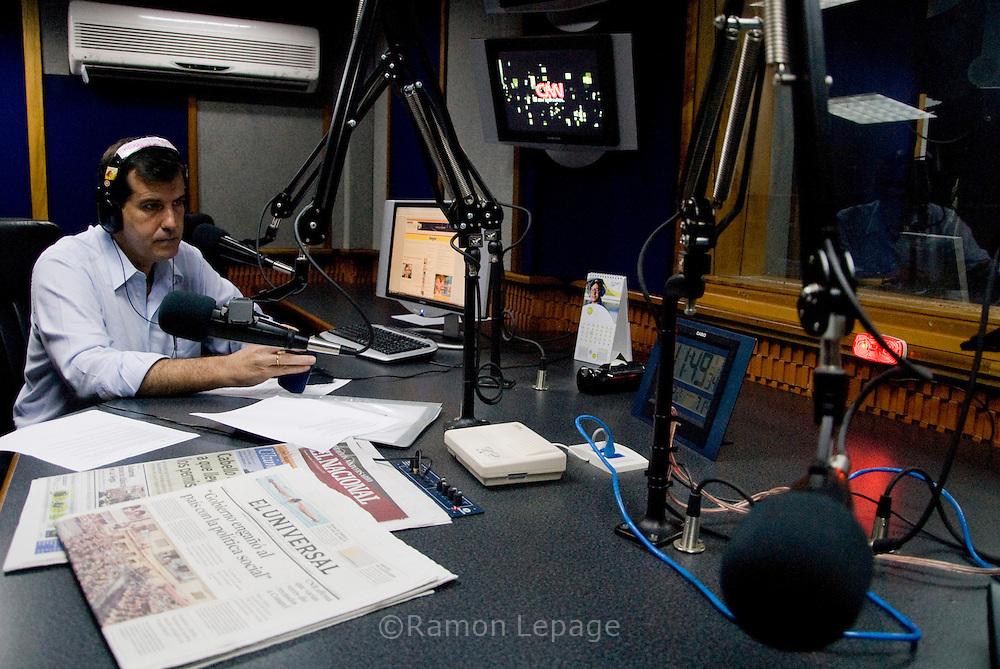 Unai Amenabar durante su programa de radio en la estación Actualidad. El tema del dia es el cierre de 34 emisoras de radio y  orden de cancelación de las concesiones a otras 206 emisoras de radio a nivel nacional por parte Comisión Nacional de Telecomunicaciones (CONATEL). Caracas 03 de Agosto 2009 Ramon Lepage / Orinoquiaphoto