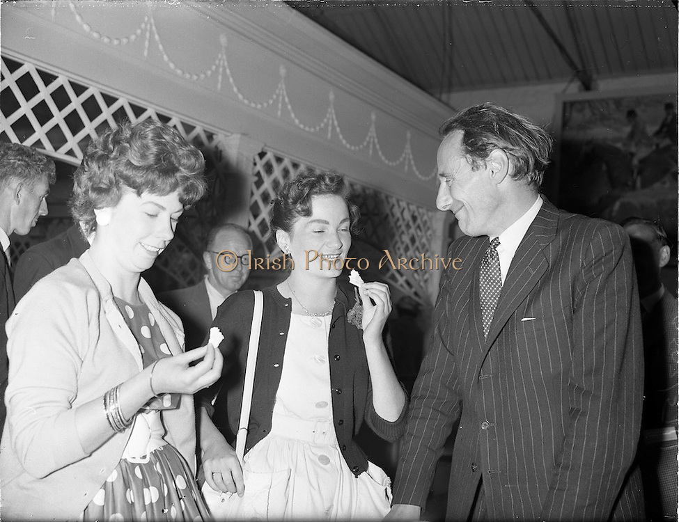 03/08/1960<br /> 08/03/1960<br /> 03 August 1960<br /> R.D.S Horse Show Dublin (Wednesday). Lord Kilbracken (right) with two pretty girls Irene Battle (left) and Betly Whelan when they stopped to sample some cheese at the Dublin Horse Show.