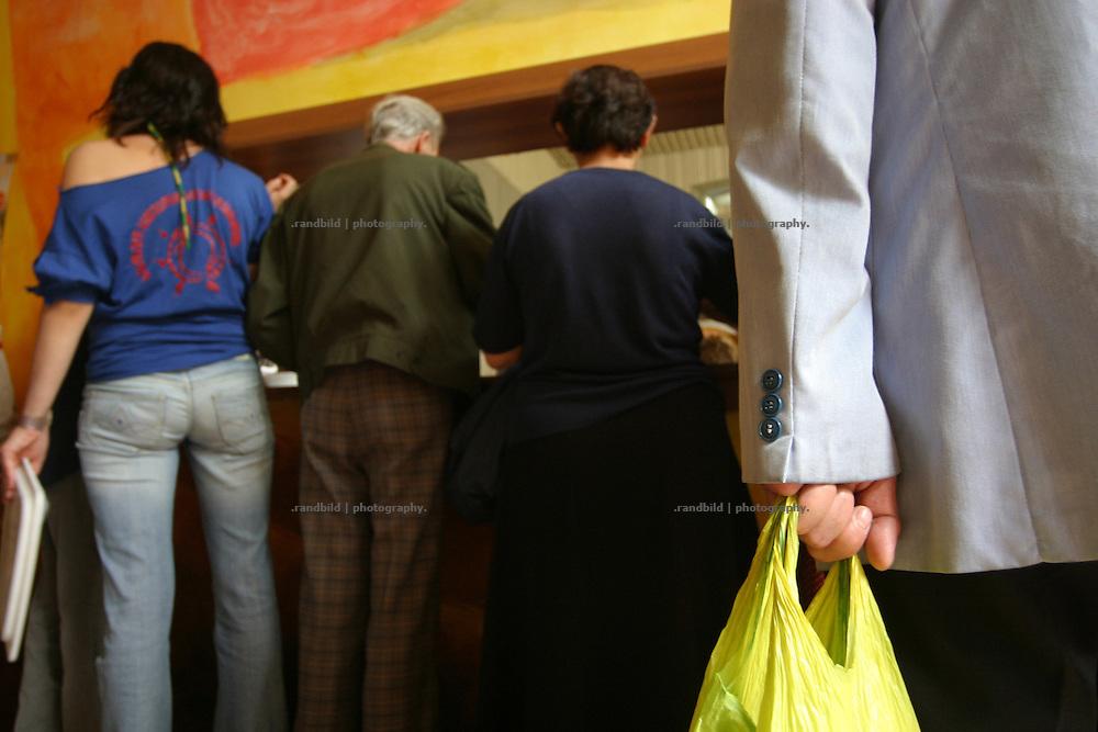 Vor der Essensausgabe in einer Armenküche in Tiflis - Georgien - The bar of a Poor peoples canteen in Tbilisi - Georgia