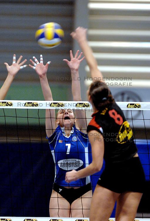 17-01-2007 VOLLEYBAL: CEV CUP: AMVJ - UNIC PIATRA NEAMT: AMSTELVEEN<br /> In een zeer aantrekkelijke wedstrijd ging het Roemeense Unic Piatra Neamt met de zege naar huis 3-2 / Martha Maltha en Elena Zaharia<br /> &copy;2007-WWW.FOTOHOOGENDOORN.NL