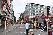 Mannheim. 30.06.17   Brand in der Innenstadt<br /> Innenstadt. N7. Brand in einer Bar.<br /> Zu einem größeren Rückstau von Lieferfahrzeugen in der Kunststraße führt derzeit ein Brand in der Mannheimer Innenstadt. Wegen der Löscharbeiten ist die Kunststraße derzeit noch gesperrt. Die Feuerwehr war am Morgen zu einer Verpuffung in einem Gastronomiebetrieb gerufen worden. Tatsächlich brannte es in der Küche. Das Feuer führte zu einer starken Rauchentwicklung. Zeitweise waren zwei Löschzüge der Berufsfeuerwehr und die Freiwillige Feuerweh Innenstadt im Einsatz. Derzeit werden die Schläuche eingerollt, die Einsatzstelle wohl in kurzer Zeit freigegeben. Bei dem Brand zogen sich drei Personen Rauchgasvergiftungen zu. Sie kamen zur Behandlung ins Krankenhaus.<br /> <br /> <br /> BILD- ID 0404  <br /> Bild: Markus Prosswitz 30JUN17 / masterpress (Bild ist honorarpflichtig - No Model Release!)
