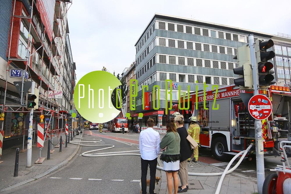 Mannheim. 30.06.17 | Brand in der Innenstadt<br /> Innenstadt. N7. Brand in einer Bar.<br /> Zu einem gr&ouml;&szlig;eren R&uuml;ckstau von Lieferfahrzeugen in der Kunststra&szlig;e f&uuml;hrt derzeit ein Brand in der Mannheimer Innenstadt. Wegen der L&ouml;scharbeiten ist die Kunststra&szlig;e derzeit noch gesperrt. Die Feuerwehr war am Morgen zu einer Verpuffung in einem Gastronomiebetrieb gerufen worden. Tats&auml;chlich brannte es in der K&uuml;che. Das Feuer f&uuml;hrte zu einer starken Rauchentwicklung. Zeitweise waren zwei L&ouml;schz&uuml;ge der Berufsfeuerwehr und die Freiwillige Feuerweh Innenstadt im Einsatz. Derzeit werden die Schl&auml;uche eingerollt, die Einsatzstelle wohl in kurzer Zeit freigegeben. Bei dem Brand zogen sich drei Personen Rauchgasvergiftungen zu. Sie kamen zur Behandlung ins Krankenhaus.<br /> <br /> <br /> BILD- ID 0404 |<br /> Bild: Markus Prosswitz 30JUN17 / masterpress (Bild ist honorarpflichtig - No Model Release!)