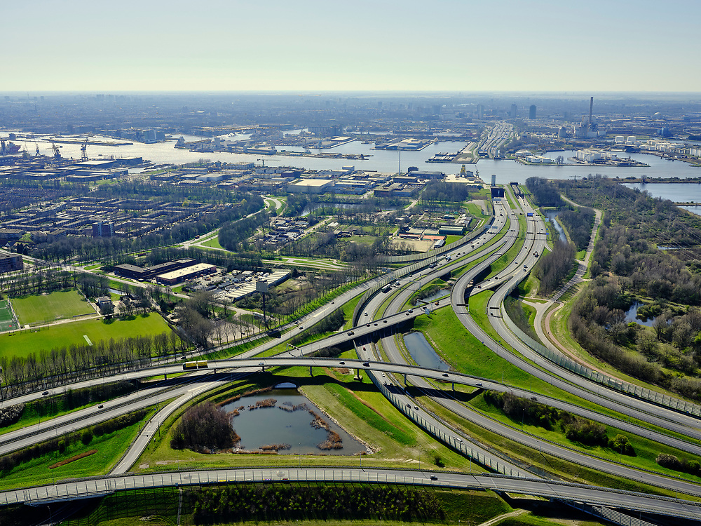 Nederland, Noord-Holland, Amsterdam; 23-03-2020; Amsterdam-Noord. Coenplein, Ring Amsterdam, A8 (rechts) en A10 (naar Coentunnel). Weinig verkeer ten gevolge van de corona crisis.<br /> Amsterdam North. Coenplein, Amsterdam Ring, A8 and A10. Little traffic as a result of the corona crisis.<br /> luchtfoto (toeslag op standaard tarieven);<br /> aerial photo (additional fee required)<br /> copyright © 2020 foto/photo Siebe Swart