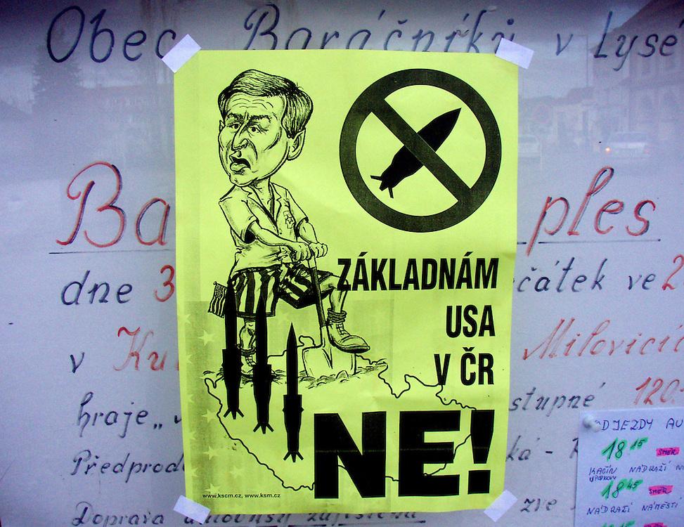 Prag/Tschechische Republik, Tschechien, CZE, 26.05.07: Anti Bush Plakat gegen die geplante Stationierung von Teilen des umstrittenen US-Raketenschilds in der Tschechischen Republik. Die Regierung von Ministerpräsident Mirek Topolanek unterstützt die US-Raketenabwehrpläne, Umfragen zufolge sind aber rund zwei Drittel der tschechischen Bevölkerung gegen das Projekt.| Prague/Czech Republic, CZE, 26.05.07: Anti Bush poster against a possible U.S. missile defense radar system in Czech Republic. |[(c) Bjoern Steinz, Vojanova 1408/28, 229 22 Lysa nad Labem, Tschechische Republik, phone +420 325551336, mobil +420 777 218 029, steinz@oka2.com, Bank: F r a n k f u r t e r  V o l k s b a n k     BLZ 50190000 Konto 0301951710 IBAN DE06501900000301951710 BIC FFVBDEFF, www.oka2.com, www.bsteinz.de. Bei Verwendung des Fotos ausserhalb journalistischer Zwecke bitte Ruecksprache mit dem Fotograf halten. Jegliche Verwendung nur gegen Beleg und Honorar nach MFM oder gesonderter Absprache, Publication only with royalty payment, credit line and print sample, Achtung: NO MODEL RELEASE]..[#0,26,121#]