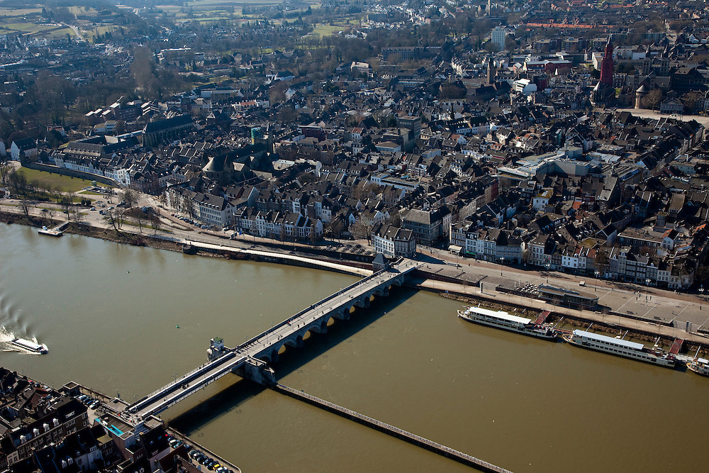 Nederland, Limburg, Maastricht, 07-03-2010; overzicht in noordwestelijke richting van centrum van de stad met in de voorgrond de Sint-Servaasbrug..Northwest overview of  inner city with  river Meuse.. luchtfoto (toeslag), aerial photo (additional fee required);.foto/photo Siebe Swart