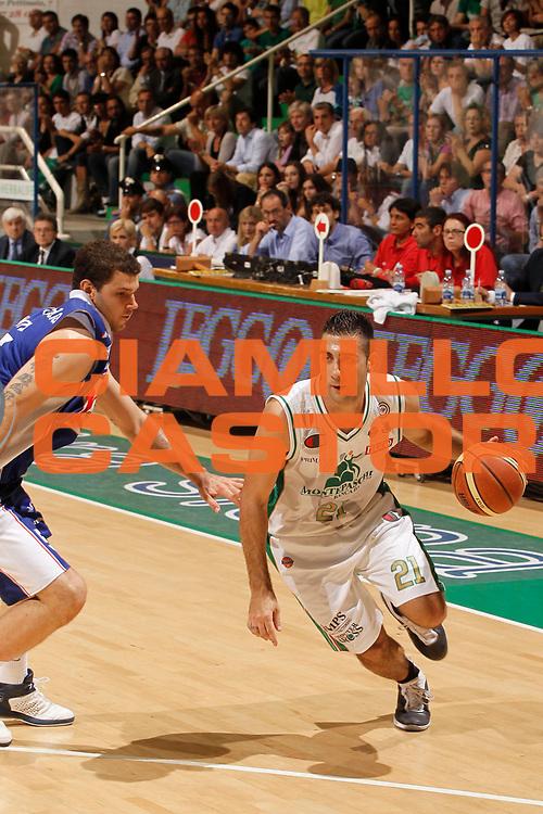 DESCRIZIONE : Siena Lega A 2010-11 Finale Play off Gara 2 Montepaschi Siena Bennet Cantu<br /> GIOCATORE : Pietro Aradori<br /> SQUADRA : Montepaschi Siena<br /> EVENTO : Campionato Lega A 2010-2011<br /> GARA : Montepaschi Siena Bennet Cantu<br /> DATA : 13/06/2011<br /> CATEGORIA : palleggio<br /> SPORT : Pallacanestro<br /> AUTORE : Agenzia Ciamillo-Castoria/P.Lazzeroni<br /> Galleria : Lega Basket A 2010-2011<br /> Fotonotizia : Siena Lega A 2010-11 Finale Play off Gara 2 Montepaschi Siena Bennet Cantu<br /> Predefinita :