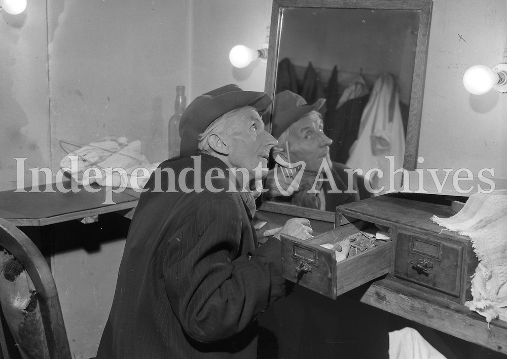 (17.401)<br /> Harry Brogan at the Abbey Theatre. 17/04/64. (Part of the Independent Newspapers/NLI Collection)