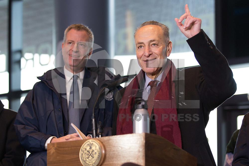 NOVA YORK, EUA - 04.01.2016 - TRANSPORTE-EUA - O prefeito de NY, De Blasio (à esquerda), e o senador Charles Schumer (à direita ), no terminal de metrô na Atlantic Avenue - Barclays Center, nesta segunda-feira (4), para lembrar os nova-iorquinos que a Cityís Commuter Benefits Law já está em vigor desde 01 de janeiro de 2016. (Foto: Louise Wateridge/Brazil Photo Press)